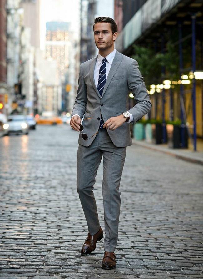 f1cf186ec121 Δεν υπάρχει πιο κλασικό outfit από το κοστούμι το οποίο έχει συνδυάσει  κανείς με κάποιο παπιγιόν ή και γραβάτα. Το συγκεκριμένο outfit είναι ότι  καλύτερο ...